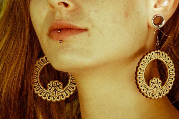 Čokata-Štefka-nakit-viseči-leseni-uhani-blizu
