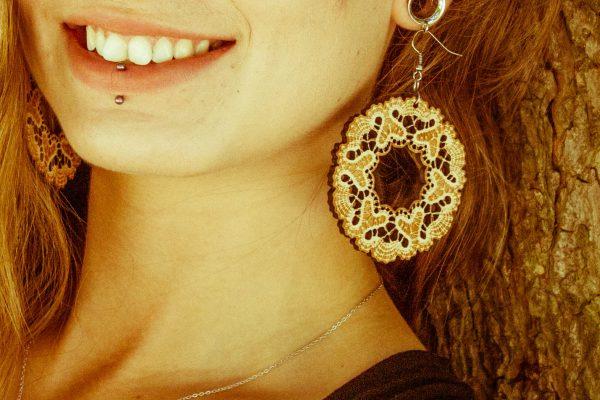 Bogata-Božena-nakit-viseči-leseni-uhani-blizu
