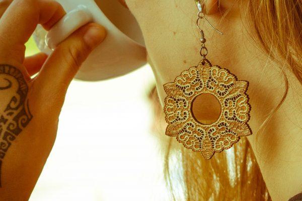 Cvetoča-Mici-nakit-viseči-leseni-uhani-blizu