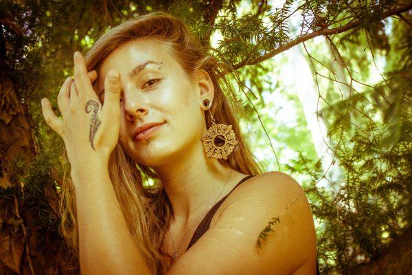 Cvetoča-Mici-nakit-viseči-leseni-uhani-daleč