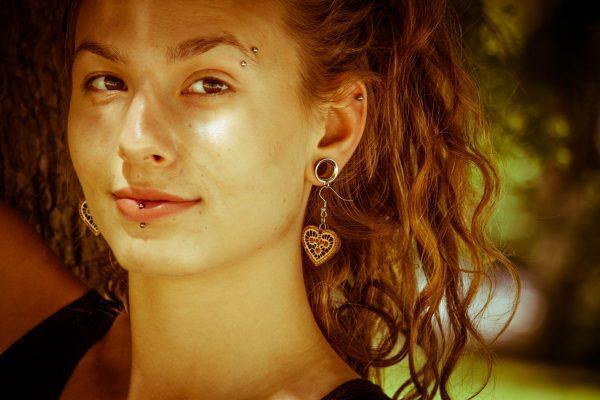 Drobna-Darinka-nakit-viseči-leseni-uhani-daleč