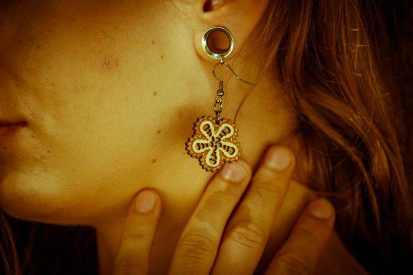 Mini-Marjanca-nakit-viseči-leseni-uhani-blizu