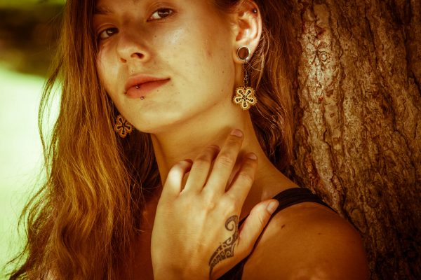 Mini-Marjanca-nakit-viseči-leseni-uhani-daleč