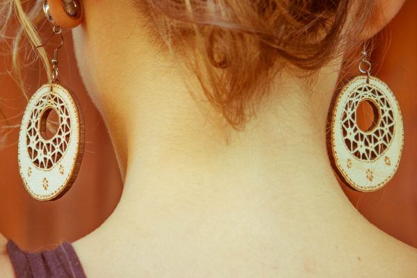 Okrogla-Berta-nakit-viseči-leseni-uhani-blizu