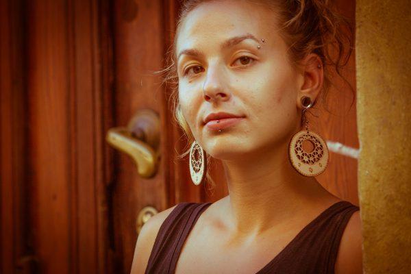 Okrogla-Berta-nakit-viseči-leseni-uhani-daleč
