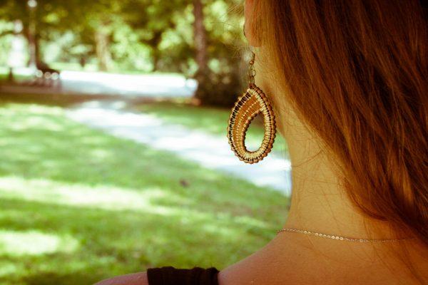Sijoča-Silva-nakit-viseči-leseni-uhani-blizu