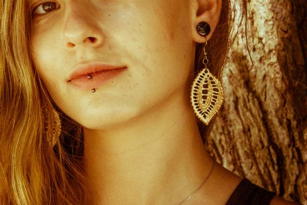 Vesela-Verica-nakit-viseči-leseni-uhani-blizu