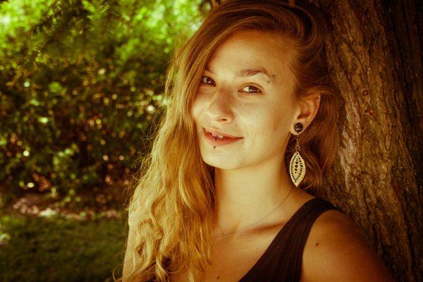 Vesela-Verica-nakit-viseči-leseni-uhani-daleč